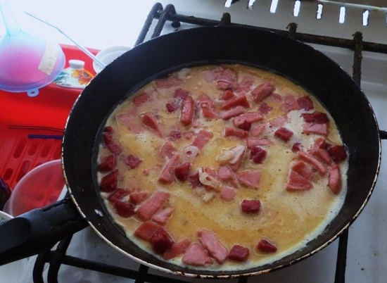Яичница колбасой рецепт фото
