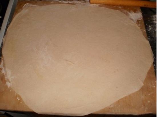Делим тесто на две одинаковые части