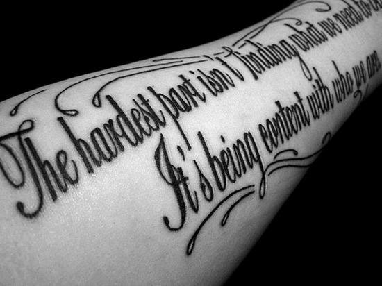 Чёрно белые тату: надписи