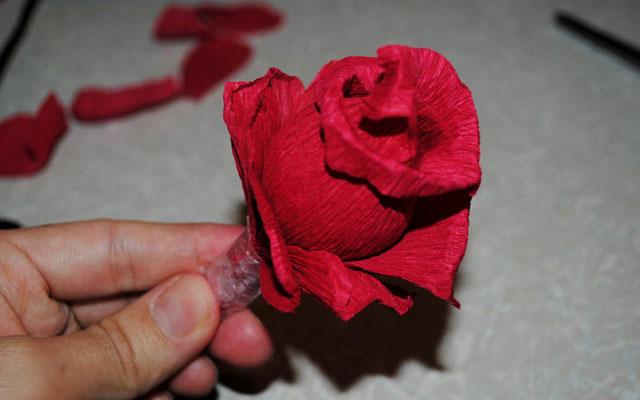Цветы из гофрированной бумаги и конфет своими руками поэтапно