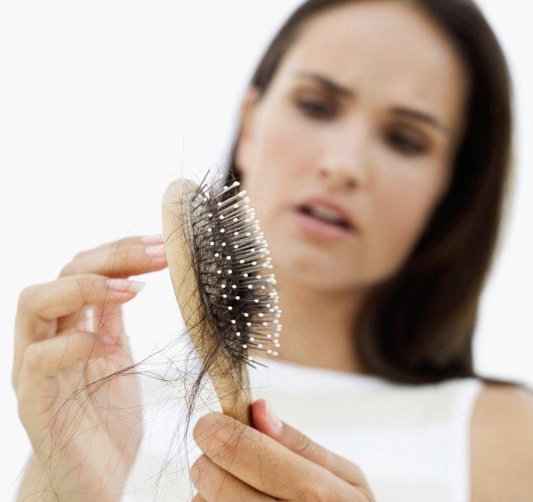 Обладательницы густых, длинных, а потому и тяжелых волос нередко замечают, что кожа головы болит на макушке Если даже