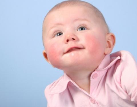 вопрос, почему у малыша красные щёки ...